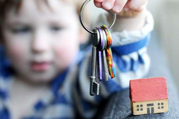 Подарить долю в квартире если прописаны несовершеннолетние
