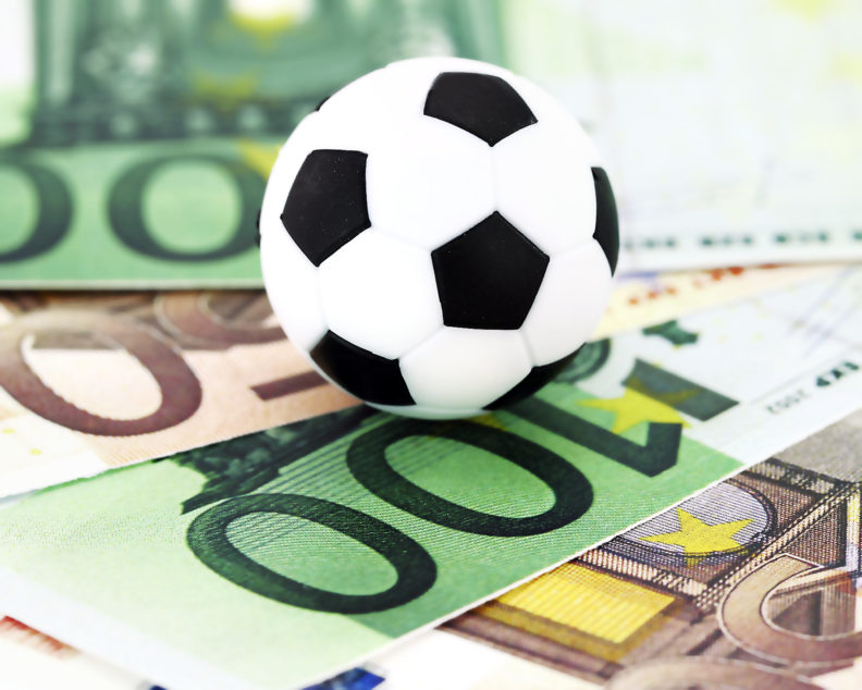 Клиентам доступны ставки на футбол, киберспорт, а также live-линия.