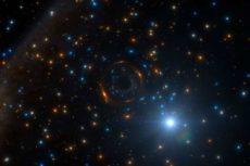 Странное поведение звезды позволило выявить одинокую черную дыру, прячущуюся в гигантском звездном скоплении