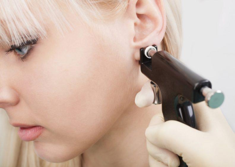 Способы прокалывания ушей, бровей и уход после