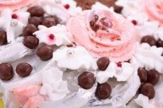 Як прикрашати торт трояндочками
