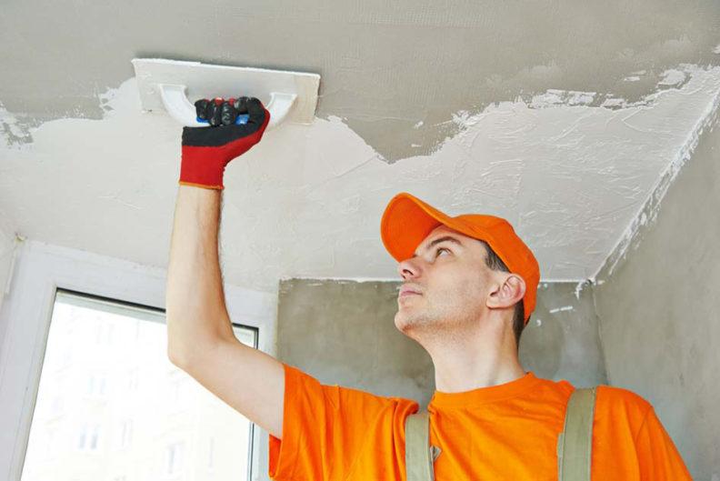 Штукатурка потолка: как сделать покрытие так, чтобы не потребовалось вскрытие замков тайника на нем.